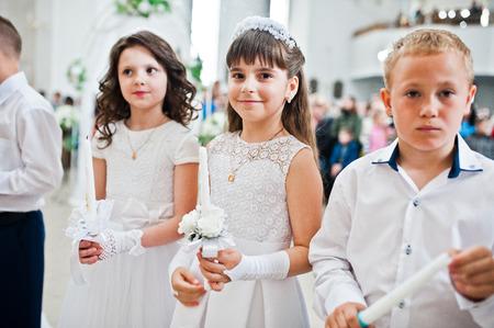 LVIV, Oekraïne - 8 mei 2016: De ceremonie van de eerste communie in de kerk van St. Peter de Grote van de Oekraïense Grieks-katholieke Kerk.