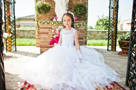 Portret van schattige kleine meisje op een witte jurk en krans van de eerste heilige communie achtergrond monument van de Heilige Maria