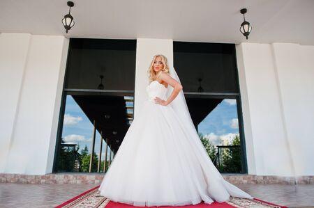 rubia ojos azules: Elegant blonde blue eyes fashion bride at great wedding hall on red carpet