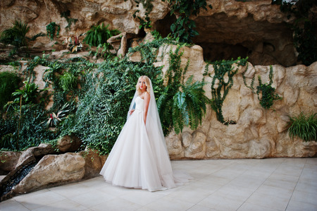 rubia ojos azules: Elegant blonde blue eyes fashion bride at great wedding hall