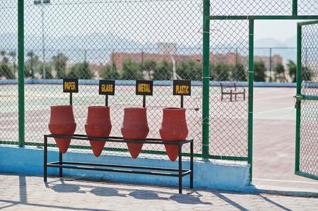 ollas de barro: Clasificación de desechos de vasijas de arcilla en Egipto Foto de archivo