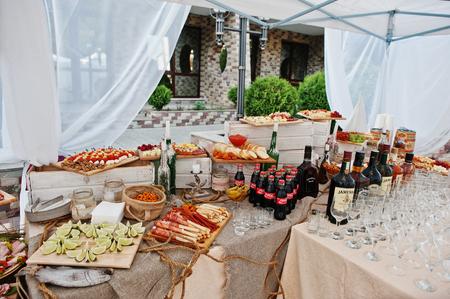 bebidas alcohÓlicas: Hai, Ukraine - October 25, 2016: Diferrent bottles of alcoholic beverages  with snaks on the buffet table