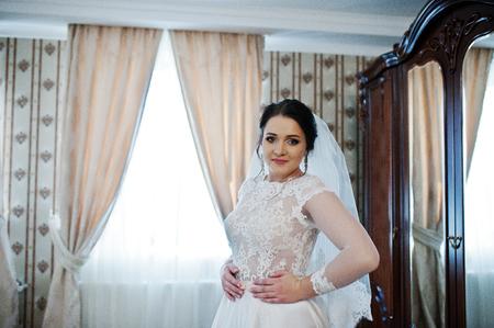 sexualidad: morena novia joven presentada en su habitación en el día de la boda.
