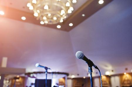 コンサート ホールで二つのマイクロホンをクローズ アップ。