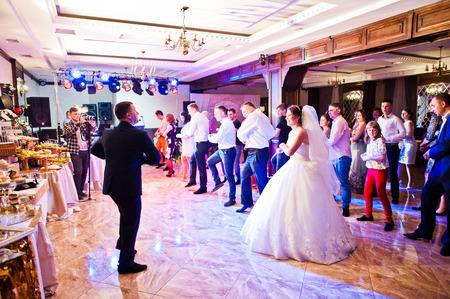 Petryky, Oekraïne - 14 mei 2016: Dance huwelijksfeest met gasten en vooraanstaande toastmaster