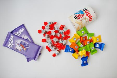 Dusseldorf, Duitsland - 18 februari 2017: verschillende chocolade zoals Milka, Ferrero Duplo, Kinder en Ritter Sport op witte achtergrond.