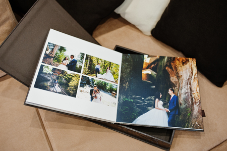 ブラウンの高級レザー結婚式の本やアルバムのページを開く。 写真素材