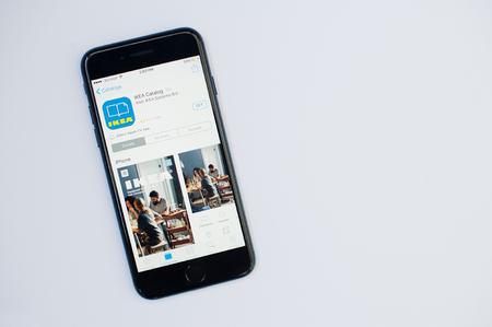 Kiev, Oekraïne - Jul 11,2017: Apple iPhone 7 met Ikea-toepassing op het scherm bij App Store geïsoleerd op wit. Redactioneel