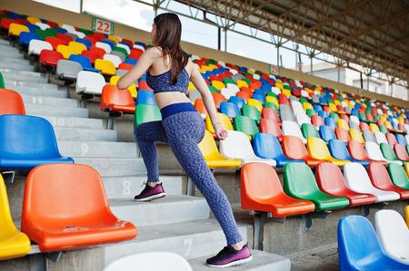 활성 젊은 여자가 경기장에서 계단을 실행합니다. 스톡 콘텐츠