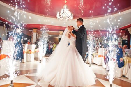 Der erste Tanz des neu verheirateten Paares bei ihrer Hochzeitsfeier im Restaurant.