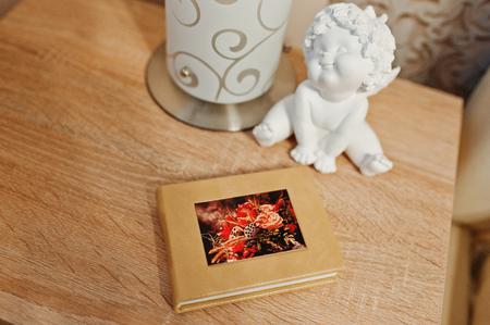 우아한 오렌지 갈색 photobook 또는 소파에 사진 앨범.