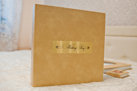 결혼식 photobook 또는 사진 앨범의 갈색 상자입니다.