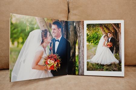 결혼식 사진 책 또는 결혼식 앨범 쿠션 소파에 페이지.