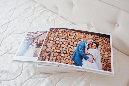 결혼식 photobook 또는 흰색 배경에 결혼식 앨범 페이지. 스톡 콘텐츠