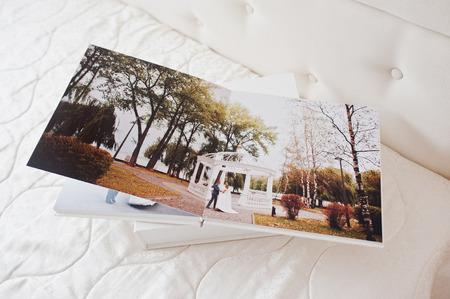 結婚式の写真集や白い背景の上の結婚式のアルバムのページです。