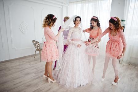 提携するドレス大きな有用なブライドメイドと母親支援花嫁光 room.a