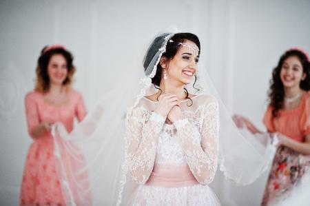 Fantástica Novia Posando En Vestido De Novia Con Damas De Honor ...