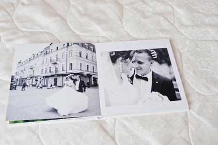 결혼식 photobook 또는 흰 소파 배경에 결혼식 앨범 페이지.