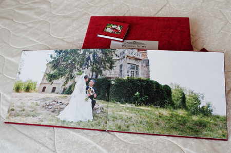 빨간색 결혼식 photobook 또는 흰색 배경에 결혼식 앨범 페이지.