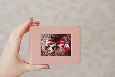 부드러운 핑크 웨딩 cd 케이스를 들고 여성 손입니다.