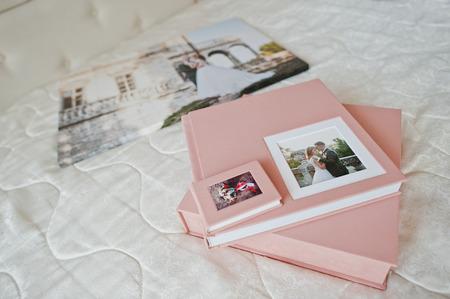 부드러운 분홍색 결혼식 photobook 또는 사진 앨범, 상자 및 침대에 누워 cd 케이스.