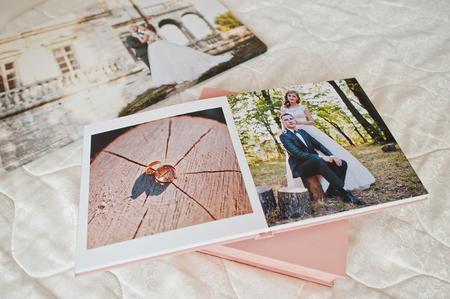 침대에서 사진첩 또는 사진 앨범의 결혼 사진이있는 페이지. 스톡 콘텐츠