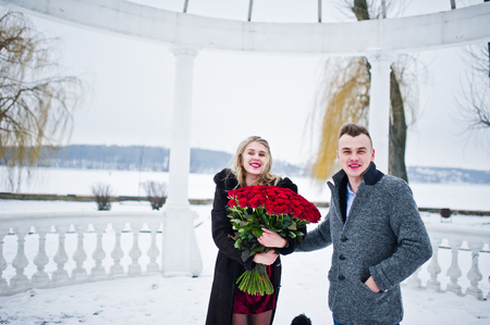 Married proposal with 101 rose at winter day. Loving couple. Imagens