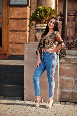 Pretty latino model girl from Ecuador wear on jeans posed at street. Banco de Imagens