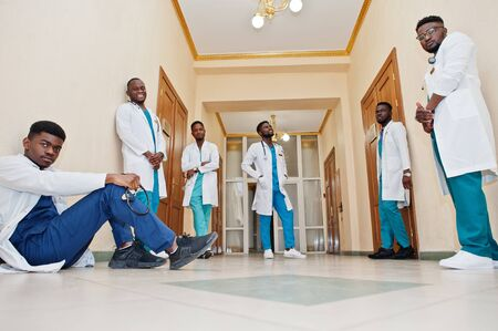 Group of african male medical students in college. Banque d'images - 129649741