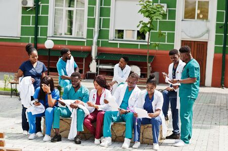 Group of african medical students posed outdoor prepare to exams. Foto de archivo