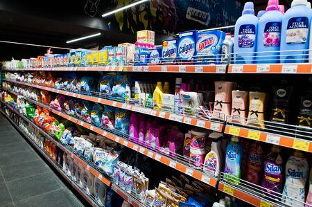 Kiev, Ucrania - 4 de septiembre de 2019: supermercado Silpo. Detergentes en el estante de la tienda.