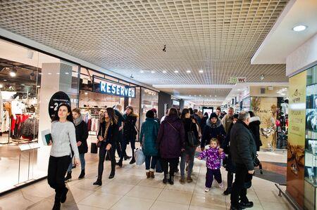 Kiev, Ucrania - 23 de noviembre de 2018: Los compradores visitan el centro comercial el Viernes Negro, noviembre.