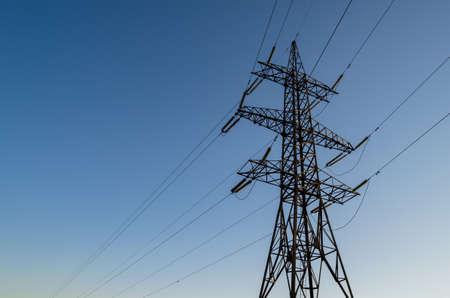 l petrol: Una torre de transmisi�n de alta tensi�n con cables el�ctricos