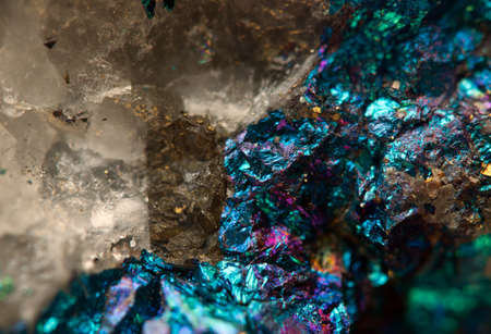 Kristal, goudklompje, goud, brons, koper, ijzer Macro Extreme close-up