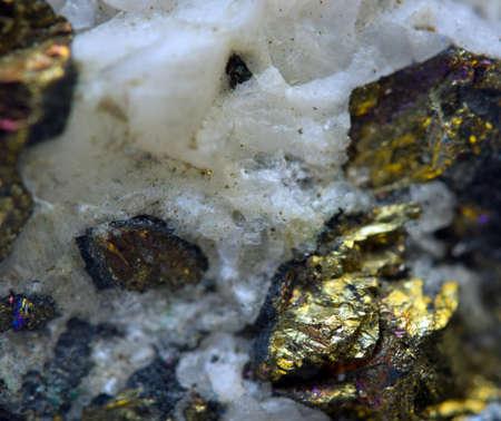 Kristal, goudklompje, goud, brons, koper, ijzer. Macro. Extreme close-up