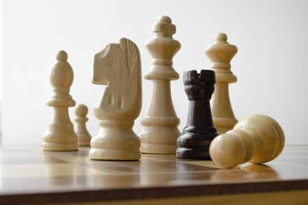 wooden chess pieces on the board during the game Imagens