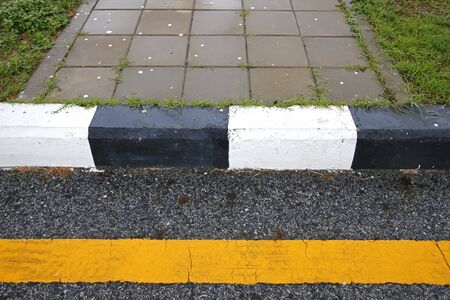 senda peatonal: Paso de peatones en la carretera de la ciudad