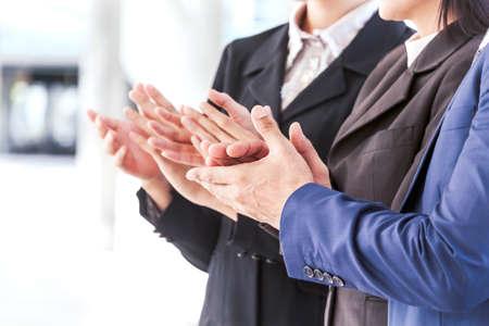 Mensen uit het bedrijfsleven handen klappen in de vergadering