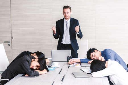 Gruppe von Geschäftsleuten, die beim Treffen schlafen