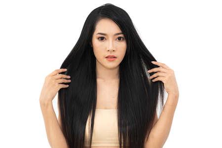 Mooie vrouw schoonheid gezondheidszorg met zwart lang glanzend steil glad haar geïsoleerd op een witte achtergrond. Haarcosmetica Stockfoto