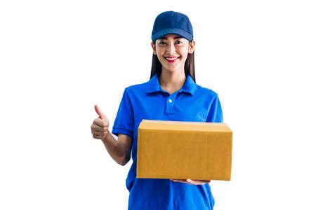 Livraison femme tenant une boîte en carton isolé sur fond blanc Banque d'images