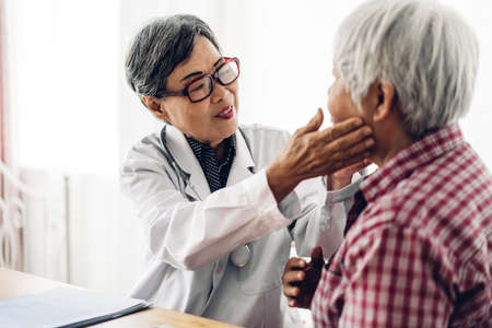 Doctor consulting and check up information with senior woman in hospital.elderly woman has sick.healthcare and medicine 免版税图像