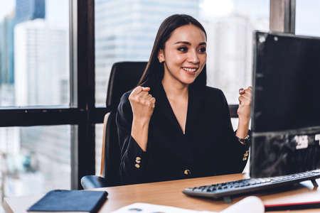 Businesswoman working with laptop computer.creative business people planning at modern work loft 免版税图像