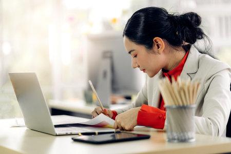 Businesswoman working with laptop computer.creative business people planning at modern work loft 版權商用圖片