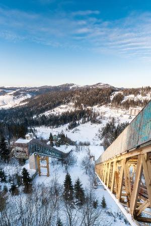 Viejos saltos de esquí abandonados sobre la base de la antigua URSS. Tisovec, Ucrania.