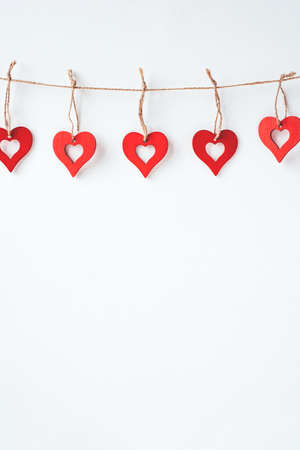 Valentine's day decoration with ornaments in the form of hearts. White wooden background. Banque d'images