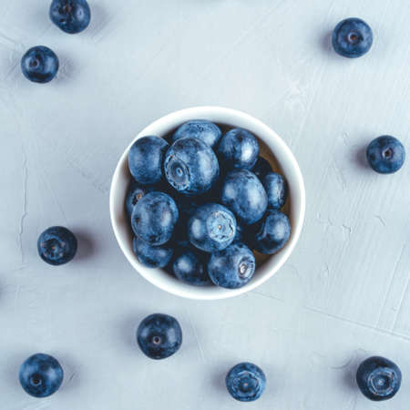 Fresh blueberries in a white bowl. Close up, top view. Banque d'images
