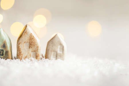 Ceramic figurines of houses in the snow. Christmas decor, winter mood, holiday decoration. Stockfoto