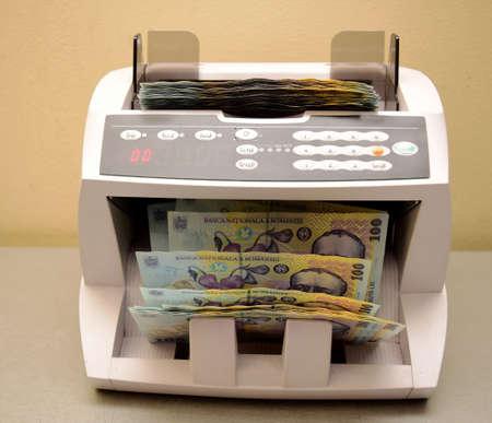 leu: macchina contando bollette leu rumeno sulla scrivania