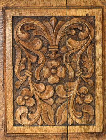 tallado en madera: panel de la puerta tradicional de tallado en madera en el antiguo monasterio Foto de archivo
